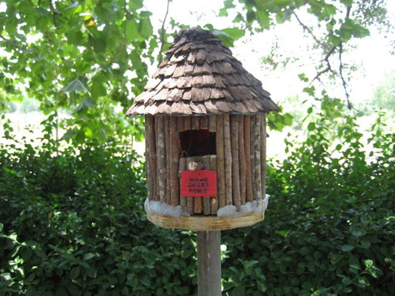 Build a birdhouse from plastic coffee container