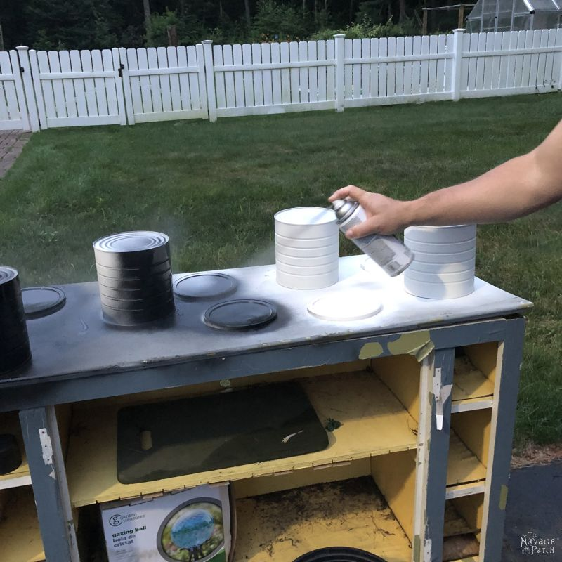 You should use spray paint to painting plastic